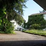 Blick von einer Garage auf die Hofseite der Hauptgebäude