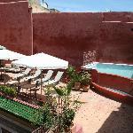 La petite piscine apporte fraîcheur et permet de se détendre après une journée de visites...