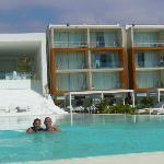 El hotel visto desde la piscina