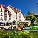 L'hotel et sa terrasse, donnant sur le jardin et la rivière de la Fecht