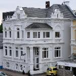 Hotel Beckröge vom angrenzenden Deich aus