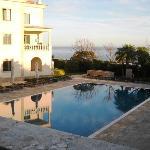 La piscina d'infilata dalla terrazza
