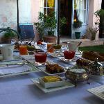 le petit dejeuner served in the garder