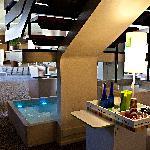 hall et lounge bar spacieux avec une grande terrasse