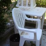 voilà les chaises et la table. Juste un peu sale, venez avec vos chiffons.