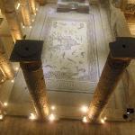 Yerdeki mozaiklerin üst katttan görünümü