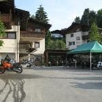 Der Parkplatz seitlich vom Hotel ist für die Motorräder - inkl. Waschplatz