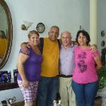 Isabel, Pepe, Francisco y Judith, en la sala del Hostal