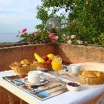 petit déjeuner sur terrasse très calme avec uniquement le bruit des oiseaux, quoi demandé de mie