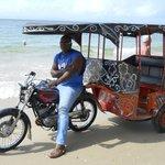 na praia o homem e o taxi