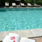 Le soleil, un bon transat, la piscine pour se rafraichir ... les vacances quoi !!