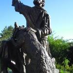 monumento a S. Franceso e il lupo accanto alla chiesa omonima