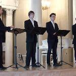 des chorales se produisent régulièrement pour les visiteurs dans la salle de concert
