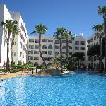 piscina con vistas al hotel