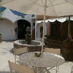Mesas con sombrillas en la terraza