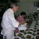 preparazioni dei piatti per un ricevimento.