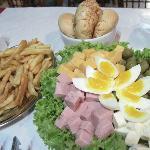 una rica en salada con papas fritas!