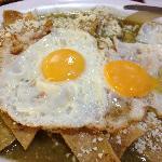 Tradicionales en el DF: chilaquiles verdes con huevo estrellado