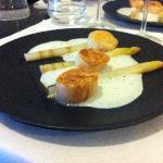 St jacques Snackées, asperges et emulsion de mozzarella