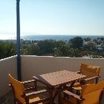 Grande terrasse privée avec vue sur la mer et la piscine