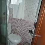 Blick ins Bad - Kleines Waschbecken ist hinter der Tür