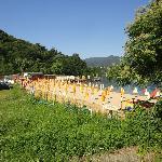 het rustige strand word gedeeld met de camping, aan de buitenrand mag de hond zwemmen.