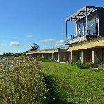 Les terrasses des chambres surplombées par la terrasse du spa
