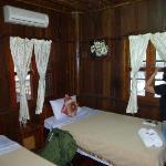 Chambre dans la maison en bois