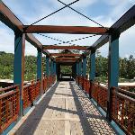Вход на территорию отеля, через мостик вниз.
