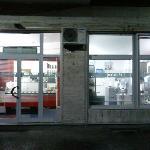 a snistra la gelateria, a destra il laboratorio. (la foto è stata fatta dall'esterno)