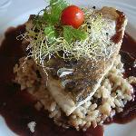 Bar au four, risotto de champignons, réduction de vin rouge