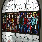 Sehenswerte Glasfenster mit historischen Szenen