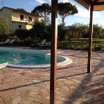 Dal gazebo: piscina e struttura...