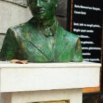 a portrait sculpture of Dario Moreno