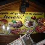 Aussen am Gebäude sind Fotos der typischen Gerichte angebracht
