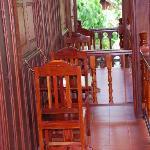 Balcon avec table et chaises donnant sur un magnifique jardin