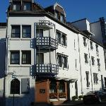 """Das Hotel erstreckt sich über die gesamte Häuserzeile einschliesslich des """"Turms"""" rechts"""