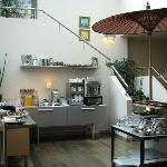 Der helle Frühstücksraum mit Buffet