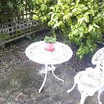庭に置かれたテーブル