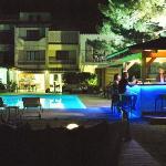 Vue du coin bar piscine de nuit