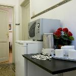Area comune con frigo e bollitore- common area with fridge and kettle