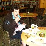 in debar achter een kop koffie met taart