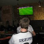 Op diverse schermen Voetbal kijken.