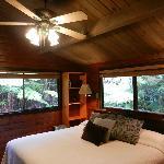 Interior y vista al exterior de la habitación