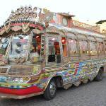 bus voor het avond diner in de haven van El Gouna (uitstapje)