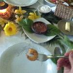 excelente decoraciión de la mesa con flores del jardín del hotel, y la comida deliciosa