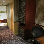 部屋のドアからベッドルームへ続く廊下