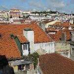 Blick vom kleinen Balkon über die Altstadt von Lissabon