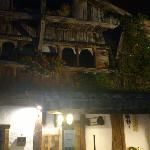 la fachada del restaurante aspaldiko (de noche)