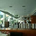 Una copa en la cafetería, dentro o en la terraza con sillones